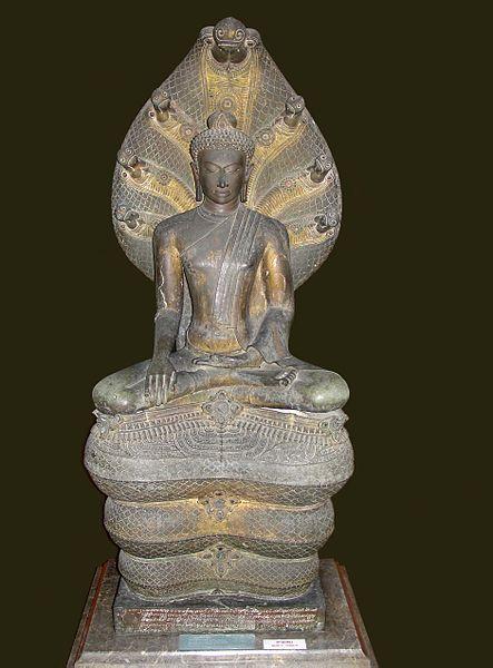 File:Mucalinda Sheltering Buddha. Bangkok National Museum, b092.jpg