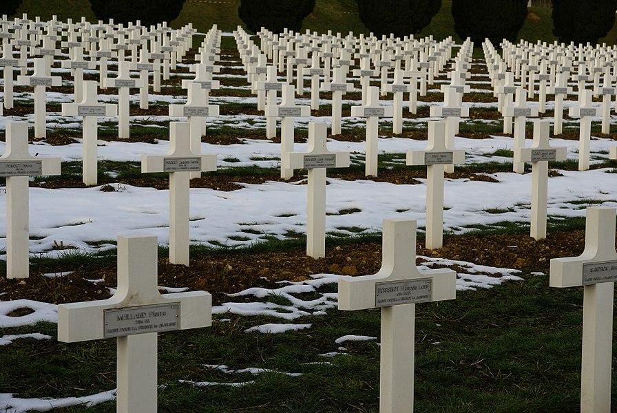 Alignements de tombes de la nécropole de Douaumont, près de Verdun.