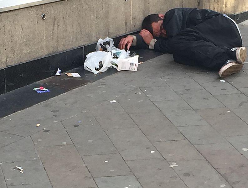 File:Obdachlos in Brighton 2.jpg