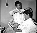 Omar Sívori at barbershop (Turin, 1957).jpg