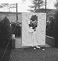 Opening beeldentuin Kroller Moller Museum Minister Cals hakt zich een doorwe, Bestanddeelnr 912-5596.jpg