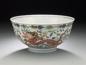 Doucai - Bowl with dragon chasing flaming pearl, Kangxi reign, 1662–1722