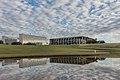 Palácio da Justiça refletido nas águas do Congresso Nacional.jpg