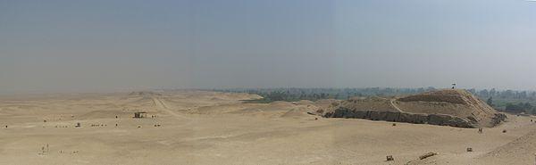 Panorama Meidum. Na pierwszym planie mastaba M17. Źródło: Wiki Commons, autor: Neithsabes, lic. CC-BY-SA-3.0.