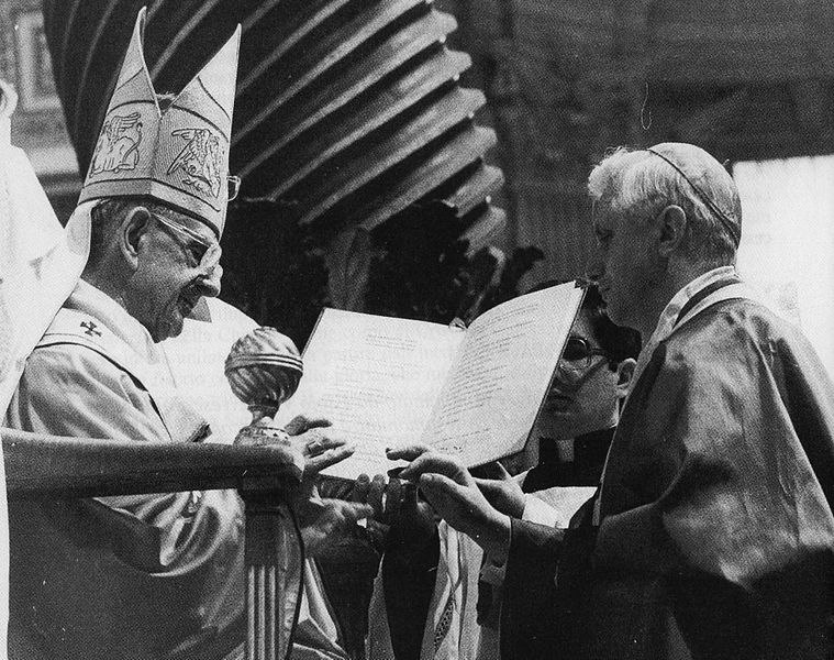 Papa Paolo VI consegna l'anello cardinalizio a Joseph Ratzinger