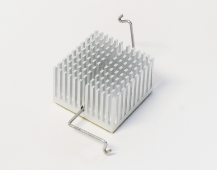 A pin fin heat sink with a Z-clip retainer. Pin fin heat sink with a z-clip.png