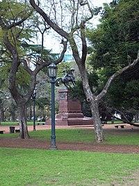 Plaza Chile - vista al Monumento de Bernardo O'Higgins.JPG