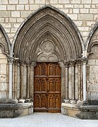 Porte latérale (nord) de la cathédrale Saint-Jean de Belley.jpg