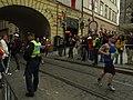 Praha, Staré Město, Pražský maraton, hlídání zátarasů.JPG