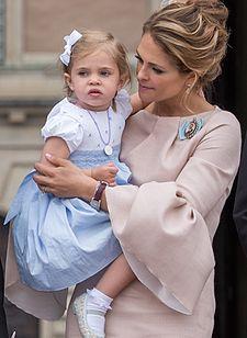 Prinsessan Leonore med sin mor i samband med prins Oscars dop 27 maj 2016. 41f0d85e7408c