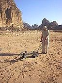 Prospection géophysique en Jordanie avec un radar à pénétration de sol / CC0 Archaeo-Physics LLC via Wikimedia Commons
