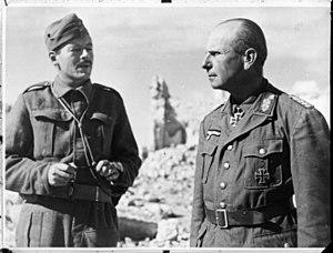 Johann von Ravenstein - Ravenstein, on the right, after his capture by soldiers of New Zealand's 21st Battalion, with a British staff officer at Tobruk, Libya
