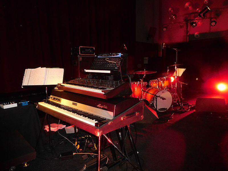 File:Rhodes Seventy Three, Korg synthesizer, drum-kit.jpg