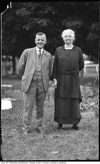 Robert Young Eaton - Eaton with his mother in the 1920s.