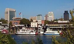 Sacramento vom Ufer des Sacramento River aus gesehen