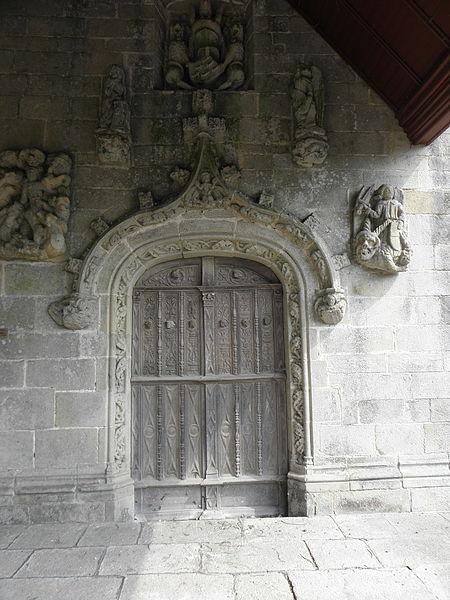 Église de Saint-Léry (56). Portail de la costale ouest de la chapelle sud.