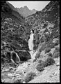 Salt d'aigua en una vall, al fons una muntanya.jpeg