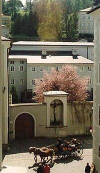 Salzburg, Franziskanerkloster Tor.jpg