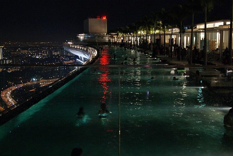 Dosiero:SandsSkyPark-swimmingpool-Singapore-20100730-01.jpg