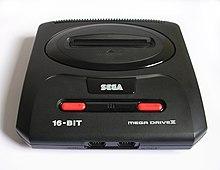 Photo d'une console noire, avec deux connecteurs en bas, un connecteur pour cartouche sur le dessus