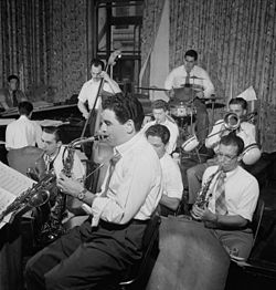 Serge Chaloff (in basso a sinistra) con Georgie Auld, Red Rodney, e Tiny Kahn, attorno all' agosto del 1947.Foto: William P. Gottlieb.