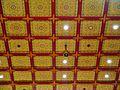 Singapore Buddha Tooth Relic Temple Innen Vordere Gebetshalle Decke.jpg