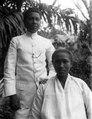Skollärare (goeroe) och hans hustru. Skolläraren från Ambon. Poso, Sulawesi, Banggaai. Indonesien - SMVK - 010862.tif