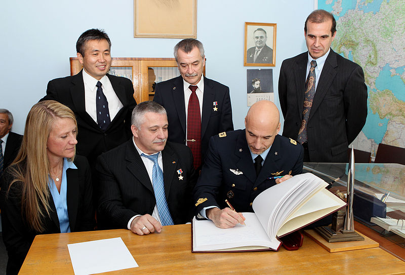 File:Soyuz TMA-09M crew and backup crew at the Gagarin Museum in Star City.jpg