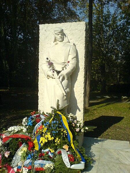 Antun Augustinčić 450px-Spomenik_Crvenoarmejcu
