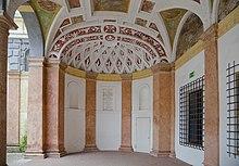 Innenhof der Stadtresidenz Landshut mit Inschrift zur Erinnerung an Maria Anna und Wilhelm in Bayern (Quelle: Wikimedia)