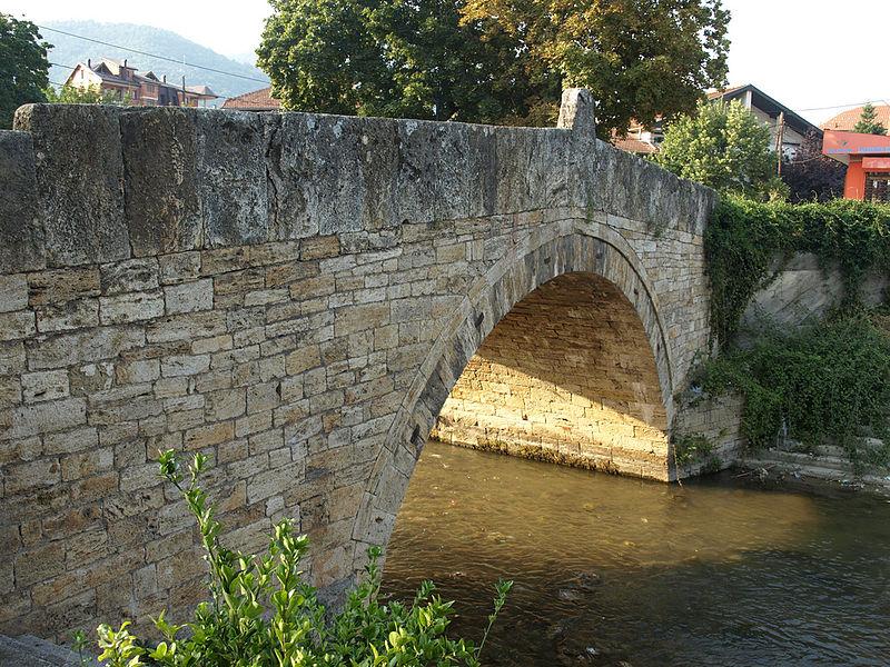 Податотека:Steinbrücke über die Pena in Tetovo.jpg