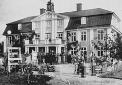 Sundby gårds gamle hovedbygning, facaden mod søsiden i øst (til venstre), respektive forsiden mod gårdspladsen og indkørslen i vest.