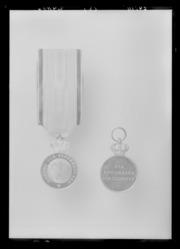 Sværdmedaljen AVers og gældsbrev.