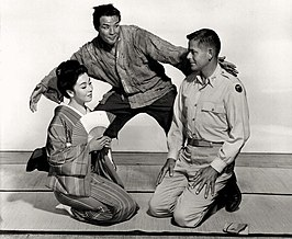 Machiko Kyō, Marlon Brandon en Glenn Ford in The Teahouse of the August Moon