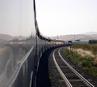 Un'immagine dell'incrocio fra due Starlights. I convogli sono composti da carrozze a due piani del tipo Superliner