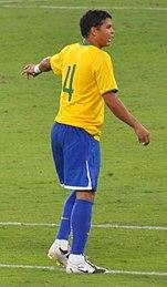 Thiago Silva durante le amichevoli Brasile-Inghilterra del 14 novembre 2009 a Doha (a sinistra) e Brasile-Scozia del 27 marzo 2011 a Londra (a destra)