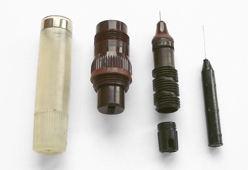 File:Tuschefueller Rotring, um 1985, zur Reinigung demontiert sx1.jpg