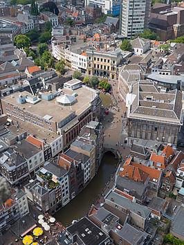 e61eb89c40e Oudegracht gezien vanaf de Domtoren. In het midden de Stadhuisbrug, rechts  daarvan het stadhuis
