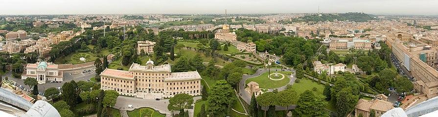 サン・ピエトロ大聖堂の展望台からバチカン庭園の全景および幾つかの建物を望む。