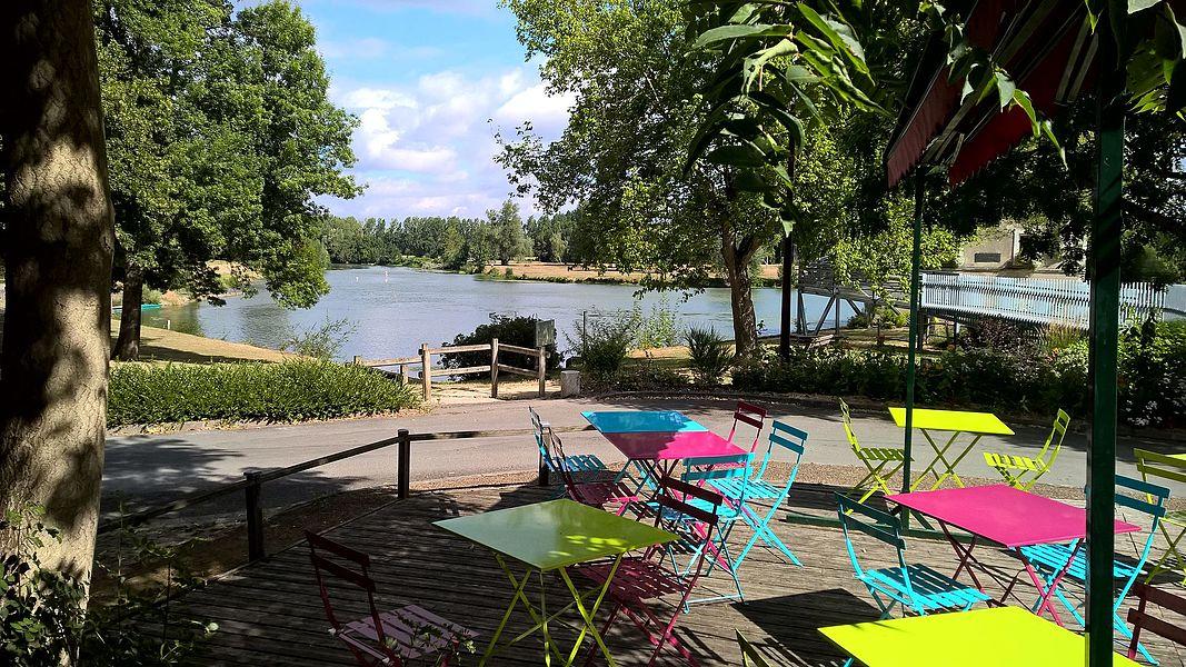 Vue depuis un bar/restaurant en bord du Loir à Villevêque (Maine-et-Loire, France).