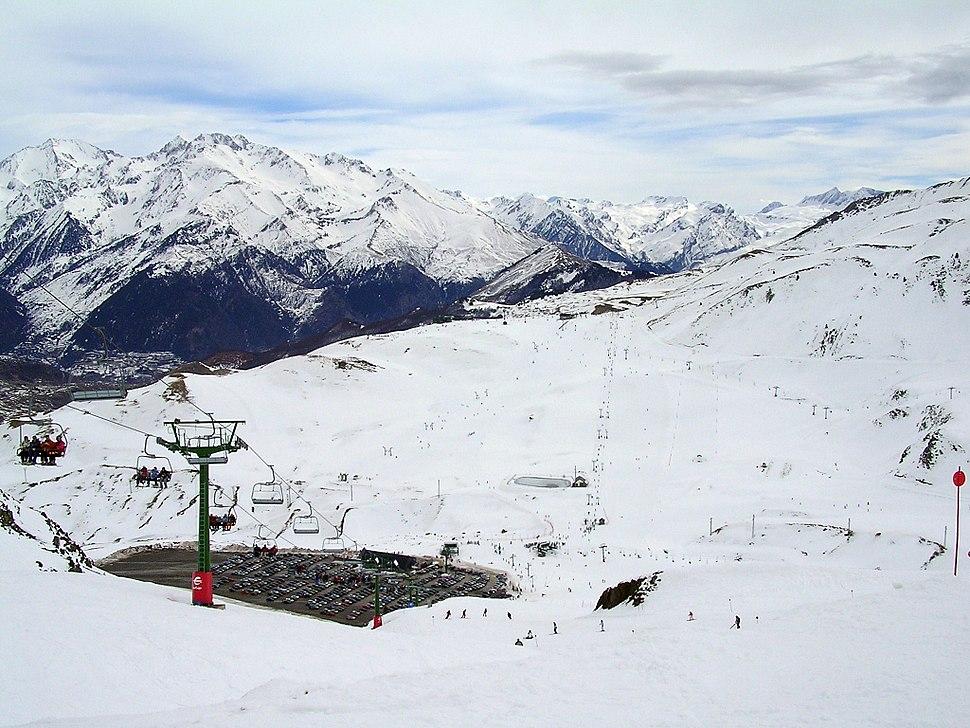 Vista de la estación de esquí de Formigal desde la pista del Collado