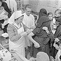 Volwassenen en kinderen in een polikliniek terwijl een verpleegkundige van de me, Bestanddeelnr 255-0950.jpg