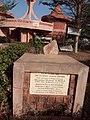 Vue de pose première Pièrre du Statut au carrefour KABA de Natitingou.jpg