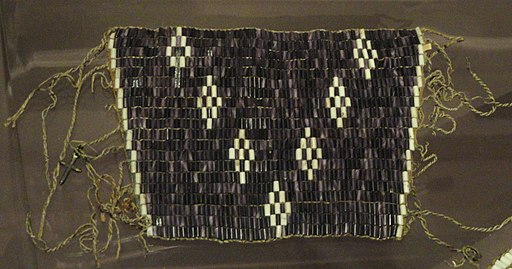 Wampum wrist ornament, probably Iroquois, 18th century - Native American collection - Peabody Museum, Harvard University - DSC05416