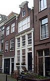 foto van Huis achter gevel met hoge pui en klokvormige top onder rollagen en fronton