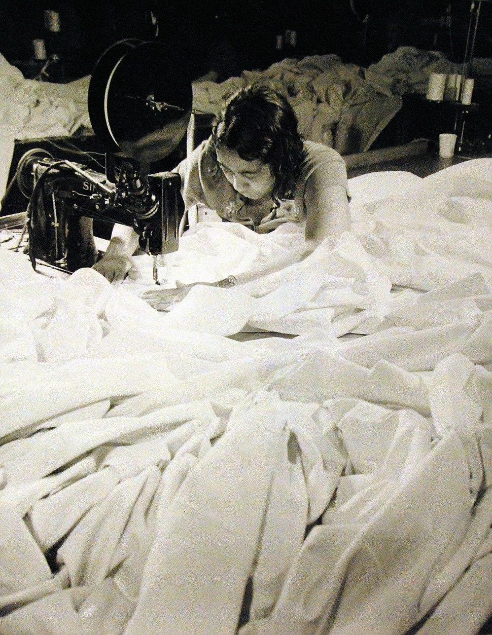 Woman making parachute, Naval Aircraft Factory, Philadelphia, Pennsylvania, 1942 (26923789771)