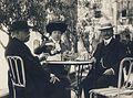 Šéfredaktor Národních listů a poslanec Josef Anýž (vlevo), Anýžova sestra a velkoobchodník s kávou Kulík (vpravo), náměstí sv. Blažeje, Dubrovník, 1911.JPG