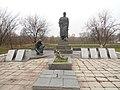 Братська могила радянських воїнів та пам'ятник воїнам-односельчанам. Поховано 3чол.jpg