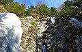 Крута скеля з якої падає Ялинський водоспад.jpg