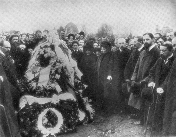 Похороны М. Врубеля, 3 апреля 1910 года. На переднем плане справа от венков: А.А.Блок, Е.И.Ге, Н.И.Забела-Врубель, Н.К.Рерих, Л.С.Бакст, И.Я.Билибин, В. Серов